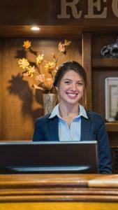 Das Bild zeigt eine Auszubildende im Hotelfach, die Lehre PLUS Matura macht.