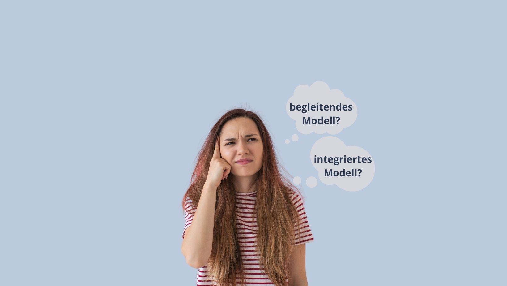 Das Bild zeigt eine junge Frau, die sich überlegt, für welches Modell von der Lehre PLUS Matura sie sich entscheiden soll.